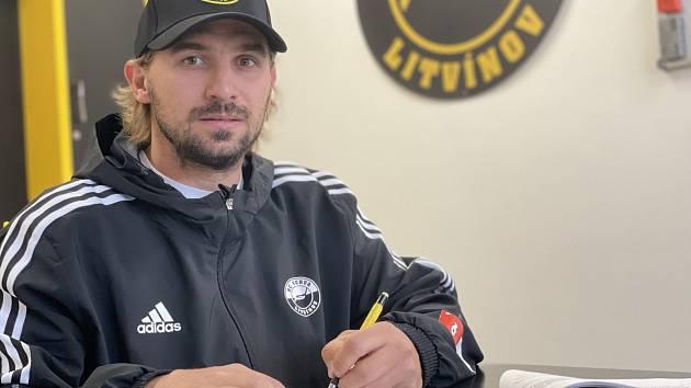 František Lukeš podepisuje novou smlouvu s hokejovým Litvínovem.