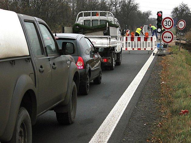 Oprava silničního mostku na hlavní silnici mezi Mostem a Havraní.