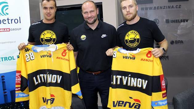 Karla Kubáta už litvínovští fanoušci dobře znají. Vrátil se z KHL. Adam Jánošík je v Litvínově nováček.