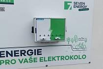 Meziboří má díky těžební firmě veřejnou nabíjecí stanici pro elektrokola.