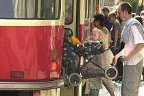 Cestování s kočárkem městskou hromadnou dopravou na Mostecku bude levnější.