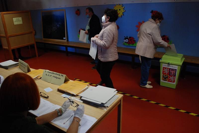Volby na Mostecku začaly. V Meziboří se volí i v šatně sportovní haly