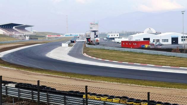 Poslední dvě zatáčky závodního okruhu zdobí nový asfalt a obrubníky.