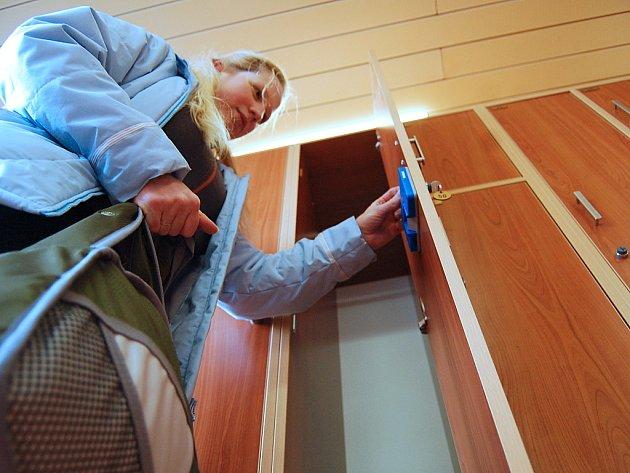 Nové šatní skříňky v mostecké knihovně nahradily zastaralý vstupní prostor.