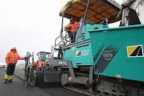 Silničáři při opravách silnice mezi Mostem a Louny. Nyní pracují u Rané.
