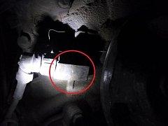 Celníci našli na horním čidle převodovky obdélníkový magnet.