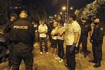 Policie kontroluje mládež.