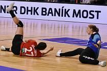 Dominika Müllnerová (vpravo) zasahuje proti útoku tureckého Kastamonu, se kterým se Most střetnul v evropském poháru EHF.