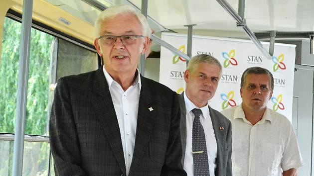 Kandidát do Senátru Jiří Biolek (v čele) se představil v historické tramvaji v Litvínově. Za ním stojí jeho kolegové ze STAN, místostarosta Litvínova Milan Šťovíček a radní Vlastimil Doležal.