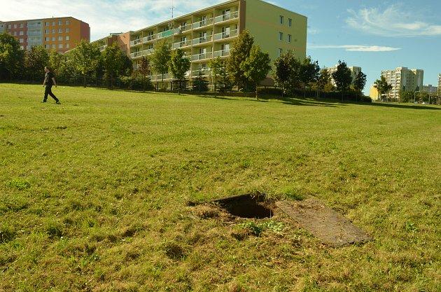 Nebezpečný kanál na okraji sídliště vMostě, Sedmistovky.