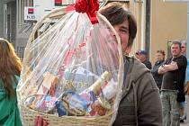 Jedna ze šťastných výherkyň dárkového koše v Litvínově. Součást místní volební kampaně.