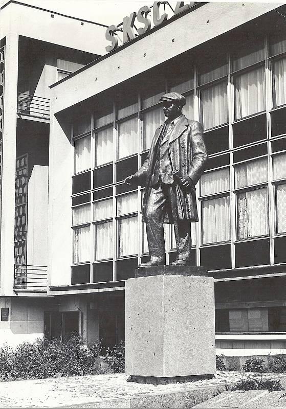 Tady, na okraji centra Mostu, stála socha Klementa Gottwalda, prvního komunistického prezidenta. Vévodila budově, kde sídlil Okresní výbor Komunistické strany Československa (OV KSČ). Dnes jsou v rekonstruovaném objektu obchody, kanceláře a zábavní centru