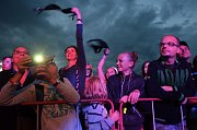 Mostecká slavnost u kostela. Házení podprsenek na podium při koncertu Support Lesbiens.