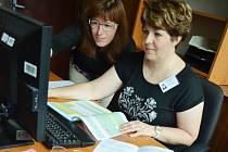Referentky Romana Švarcová a Tereza Koderová v Informačním centru pro volby, které sídlí v 1. patře magistrátu.
