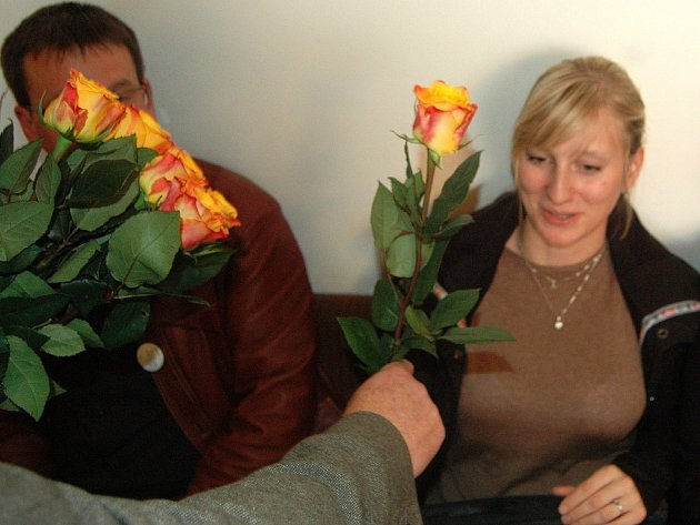 Tereza Povolná z Otevřené radnice dostává růži od ČSSD na posledním zasedání mosteckého zastupitelstva před volbami.