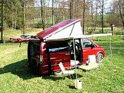 Auto má vařič napájený rovněž solárním článkem.