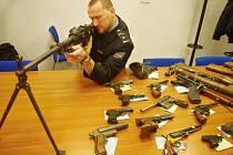 Policisté některé zbraně ukázali na tiskové konferenci.