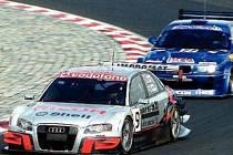 V ČELE. Jezdec Tomáš Kostka se svým vozem Audi v čele závodu na autodromu.