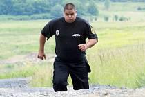 Litvínovský strážník Julius Turko při tréninku u mosteckého jezera. Nyní odchází do civilu.