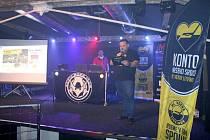 """Charitativní večer pro bývalého hokejistu Jana Alinče s názvem """"Jedeme v tom s Alim"""" se uskutečnil v hudebním klubu Attic v Litvínově. ."""