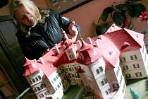 Kastelánka zámku Jezeří Hana Krejčová u modelu státní památky.