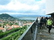 Výhled na Most z mrakodrapu v centru města.