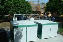 U dokončovaného 3D bludiště v parku Šibeník v Mostě už stojí cykloboxy.