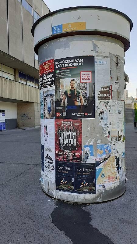 Stará betonová skruž na plakáty u Prioru.