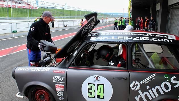 Na mostecký závodní okruh se sjeli majitelé legendárních východoněmeckých vozů Trabant.