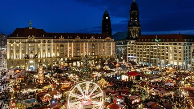 Trh Striezelmarkt v saské metropoli.
