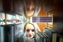 Alena Schwarzová si vybírá v knihovně v Mostě. Půjčování se jí i po zvýšení poplatku vyplatí. Instituce podporující vzdělanost bude řešit finanční potíže i propuštěním části personálu.