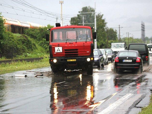 Částečně zaplavená silnice mezi Mostem a Litvínovem.