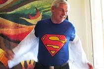 Starosta Litvínova Milan Šťovíček se na tiskové konferenci svlékl do kostýmu Supermana. Reagoval tím na kampaň anonymních oponentů.