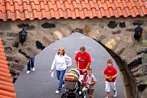 Na hrad Hněvín na kopci v den veselice na počest alchymisty Kelleyho se dostanete jen pěšky.