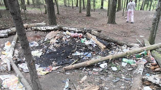 """Archeologové by tomu za tisíc let řekli """"zbytky osídlení"""", pro současné Mostečany je to vandalský bordel v lese."""