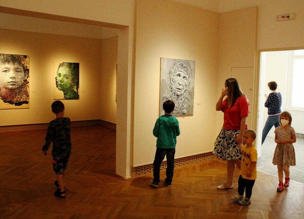 Výstava Identikit Ivany Štenclové je až do 22. srpna v Oblastním muzeu a galerii v Mostě.