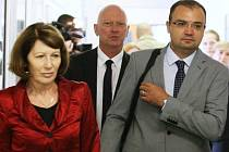 Náměstek exhejtmanky a bývalý mostecký zastupitel Pavel Kouda (uprostřed) kráčí po chodbě soudní budovy.