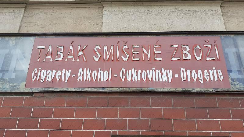Starý nápis na obchodě v Litvínově u kostela.