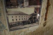 Prohlídka budovy bývalých kasáren v Mostě.