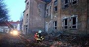 Hasiči likvidují požár podkroví bývalých kasáren