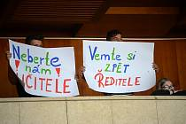 Jednání zastupitelů o situaci ve 14. ZŠ, kde se vyostřil spor mezi několika učiteli a ředitelem, doprovázel protest s transparenty.