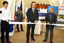 Martin Kašpar ze SŽDC a Zdeněk Vybíral z firmy Strabag v podkroví Oblastního muzea v Mostě symbolicky ukončují modernizaci železnice mezi Mostem a Chomutovem.