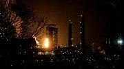 Obří plamen září do noci z hořáku chemičky Unipetrol v Záluží