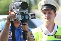 Strážník mostecké městské policie měří za dohledu státního policisty rychlost v Mostě u autodromu.