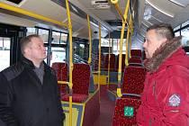Nový autobus, vlevo šéf dopravního podniku Daniel Dunovský, vpravo dopravně-technický náměstek David Jehlička.