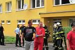 Hasiči, policisté a záchranáři se dnes odpoledne sjeli k jednomu z paneláků v litvínovské Tylově ulici.