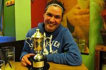 Miriam Kolodziejová s trofejí, kterou získala za vítězství na Australian Open.