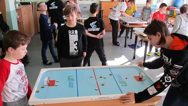 Turnaj ve stolním hokeji.