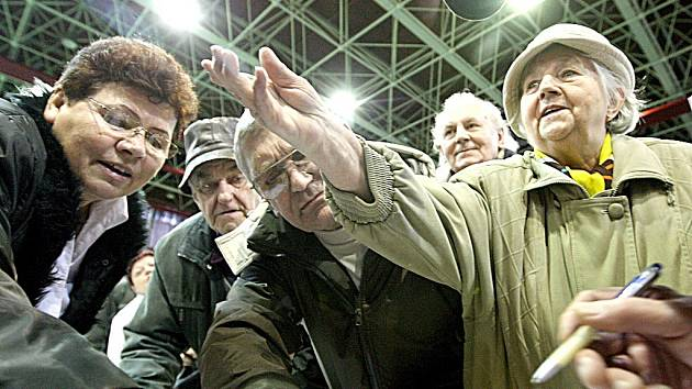 Na 800 nespokojených nájemníků bytů společnosti Haines v Litvínově na Mostecku se v tamní sportovní hale sešlo se zástupci odborů, města a dalších zainteresovaných organizací v rámci besedy ohledně možné koupi bytů.
