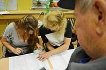 Okrsková volební komise v Mostě při identifikaci voliče, bývalého boxera Aloise Kohouta. .